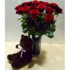 23 trandafiri rosii in vaza si ursulet de plus