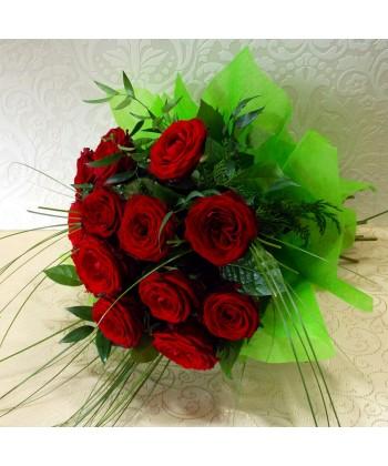 Buchet 13 trandafiri rosii cu ruscus si beargrass
