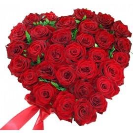 Aranjament cu 31 trandafiri rosii in forma de inima