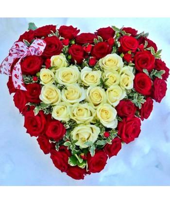 Aranjament inima din 45 trandafiri rosii si albi cu pittosporum