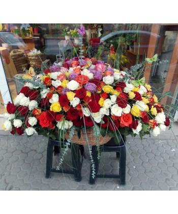 Aranjament multicolor din 309 trandafiri, eucalipt si fluturasi