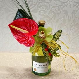 Aranjament flori exotice pe sticla de vin