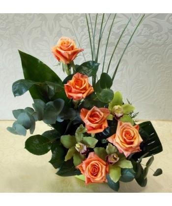 Aranjament trandafiri portocalii si orhidee