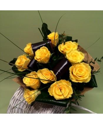 Buchet 11 trandafiri galbeni si ziar vintage