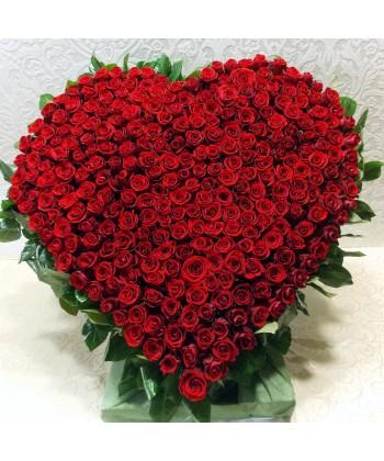 Aranjament in forma de inima din 281 trandafiri rosii