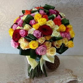 Buchet 99 trandafiri colorati cu funda din satin