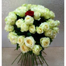 Buchet 48 trandafiri albi si unul rosu