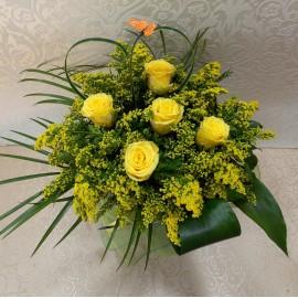 Buchet flori galbene cu 5 Trandafiri si Solidago sau Sanziene