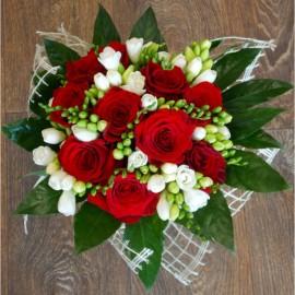 Buchet trandafiri rosii si frezii - 27 fire