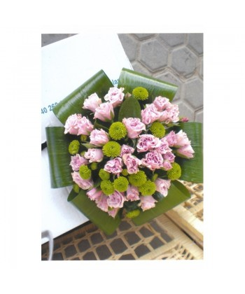Buchet cu mini trandafiri roz si crizantema verde