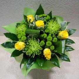 Buchet elegant din 5 trandafiri galbeni si 6 crizanteme
