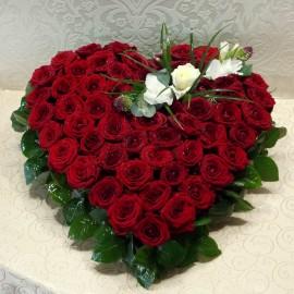 Aranjament cu 59 trandafiri rosii si unul alb in forma de inima
