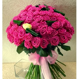 Buchet 100 trandafiri roz si unul alb