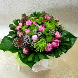 Buchet elegant din 19 bujori si crizanteme