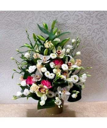 Aranjament in vas cu flori albe