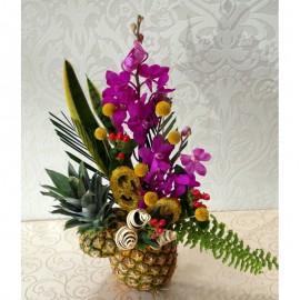 Aranjament exotic cu orhidee, craspedia si hypericum in ananas