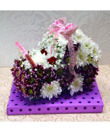 Aranjament carucior din crizanteme