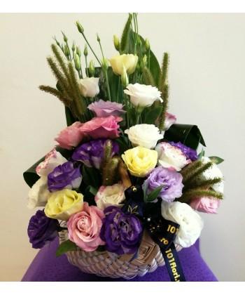 Aranjament in cos cu lisianthus multicolor