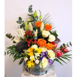 Cutie flori colorate cu frezii, trandafiri, crini si eucalipt