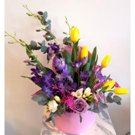 Aranjament primavaratic lalele, frezii si orhidee
