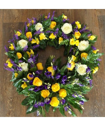 Coroana funerara cu frezii, trandafiri si lisianthus
