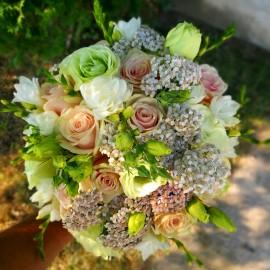 Buchet mireasa cu flori albe si somon
