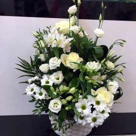 Aranjament delicat cu flori albe in cos