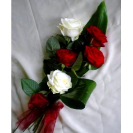5 trandafiri cu verdeata si funda din satin
