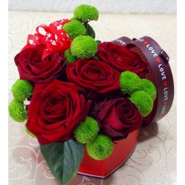 Cutia dragostei cu 5 trandafiri rosii si crizanteme yoko