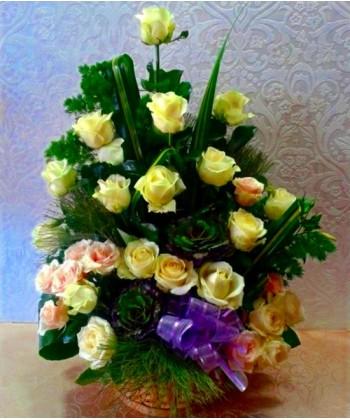 Aranjament piramidal cu 29 trandafiri