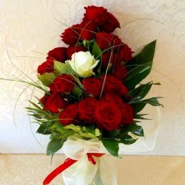 Buchet 25 trandafiri rosii si alb cu tija lunga