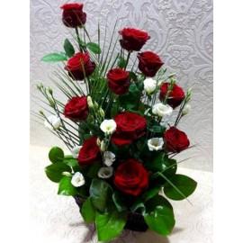 Aranjament 11 trandafiri rosii si 4 eustoma