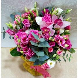 Buchet flori roz lisianthus, trandafiri si orhidee