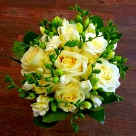 Buchet 7 trandafiri si 14 frezii