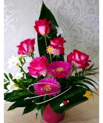 Aranjament floral in roz si alb