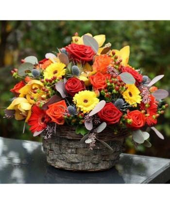 Aranjament colorat cu trandafiri, eryngium, orhidee si gerbera