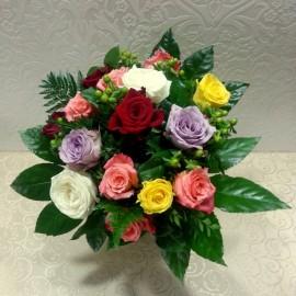 Buchet din 17 trandafiri colorati si hypericum