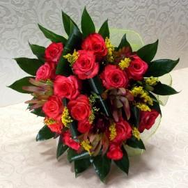 Buchet trandafiri, leucadendron si solidago