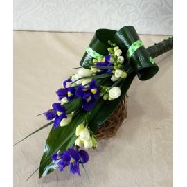 Buchet lung din 6 frezii si 5 irisi cu verdeata decorativa