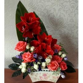 Aranjament romantic cu trandafiri, eustoma si amaryllis