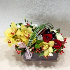 Aranjament flori colorate in vas si funda din dantela