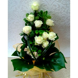 Buchet trandafiri albi Avalanche cu frezii - 15 flori