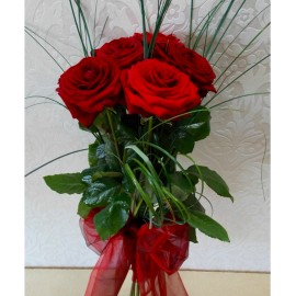 Cei mai frumosi 5 trandafiri rosii cu fundita