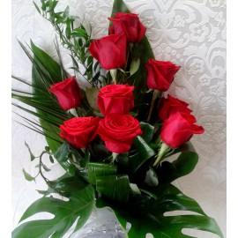 Buchet 9 trandafiri rosii si frunze de Monstera