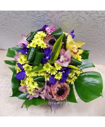 Buchet exotic si stralucitor cu orhidee, protea, bambus si crizanteme
