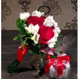 Buchet zi de nastere cu trandafiri rosii, frezii albe si raffaello