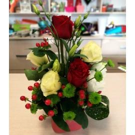Aranjament in cutie cu trandafiri, lisianthus si hypericum
