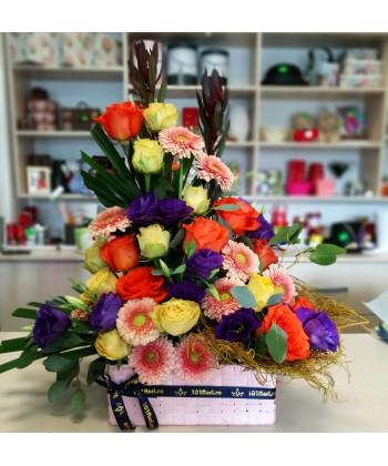 Aranjament flori colorate in cos cu trandafri