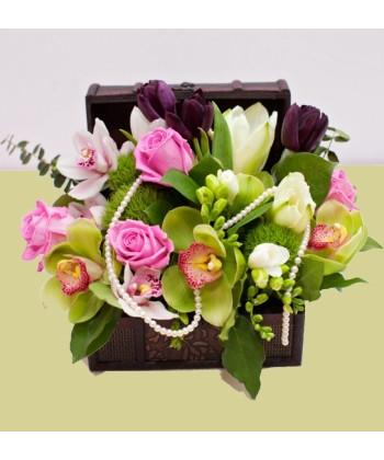 Aranjament elegant in cufar cu orhidee si perle