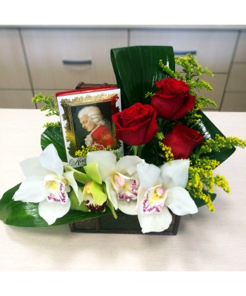 Aranjament in cufar cu flori si praline premium Mozart Reber